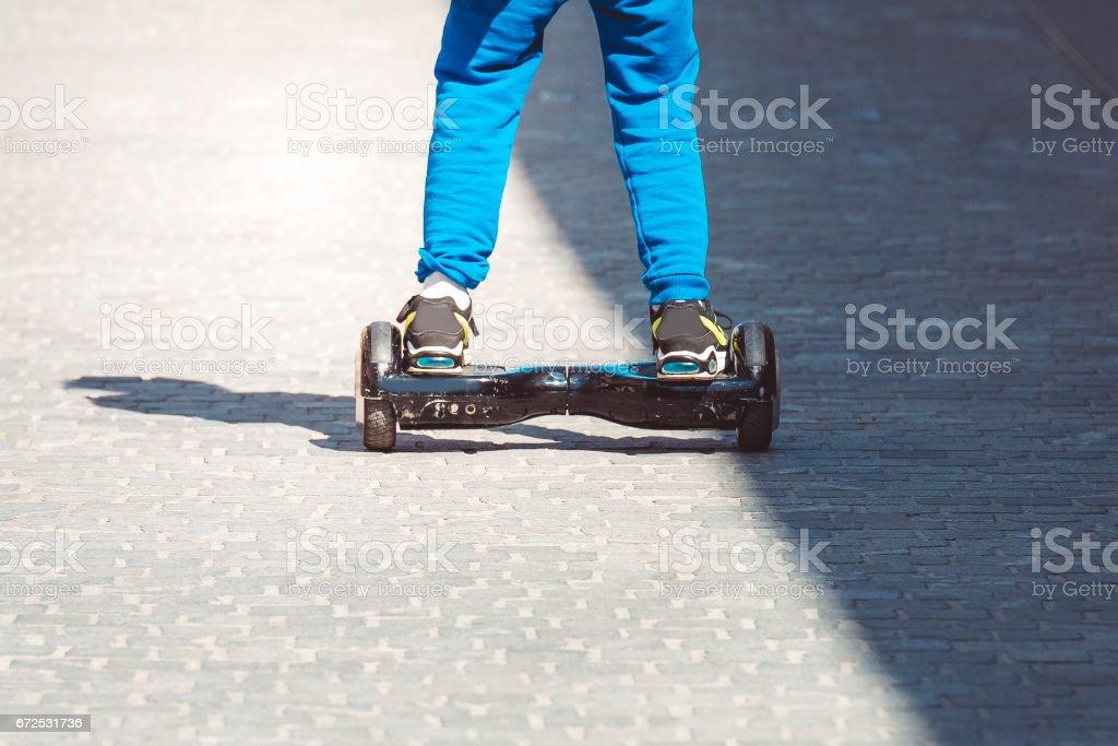 Rückansicht eines jungen auf einem hoverboard – Foto