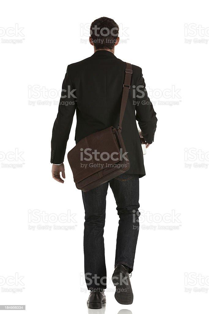 Vista traseira de um empresário andando - foto de acervo