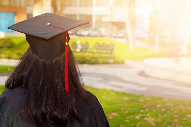 rückansicht einer college-abschlussfeier - vorschuldekorationen stock-fotos und bilder