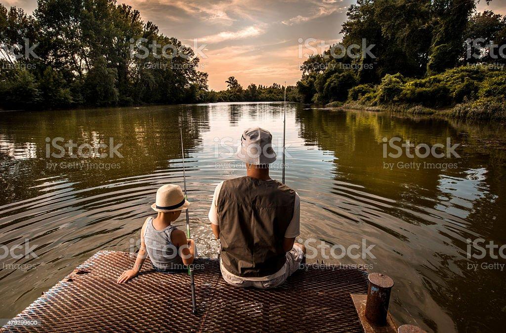 Rückansicht einer Vater und Sohn beim Angeln. – Foto