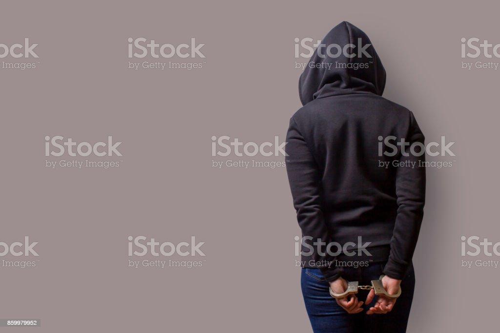 vista trasera de una niña en una capilla del negro con manos esposadas aislado sobre un fondo gris - Foto de stock de Adulto libre de derechos