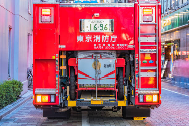 tokyo, japan - 18 augustus, 2018:rear weergave van een rode japans fire truck met haar verlichte verkeerslichten en kenteken geregistreerd in shinagawa. - pics of the redtube stockfoto's en -beelden