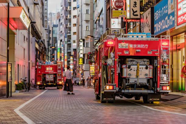 tokyo, japan - 18 augustus, 2018:rear weergave van een rode japans vuur vrachtwagens met hun verlichte verkeerslichten op in tokio. - pics of the redtube stockfoto's en -beelden