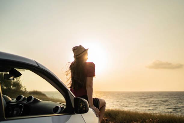 車の中に座っている女性の背面図 - 独立 ストックフォトと画像