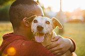 背面ビューのきれいな若い男性彼の小型犬
