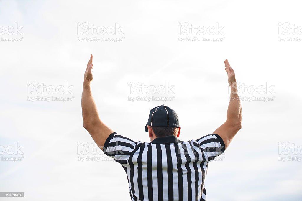 Vista traseira de um juiz de futebol americano com aterrissagem. - foto de acervo