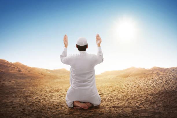 Vista posterior del hombre musulmán asiático sentado y rezando - foto de stock