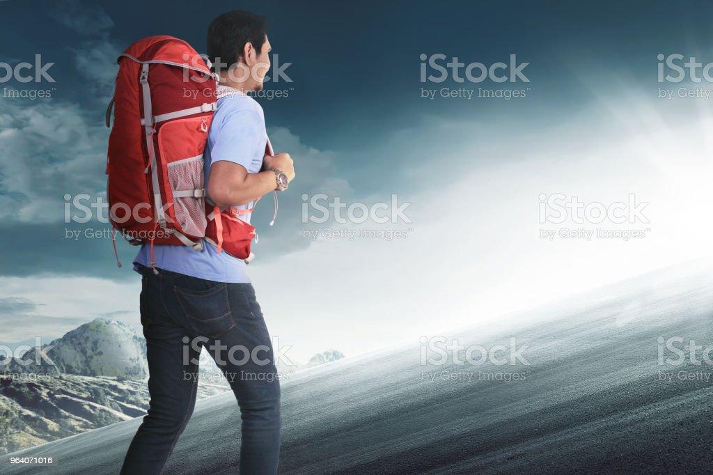 登山バックパックのアジア観光客の後姿 - 1人のロイヤリティフリーストックフォト