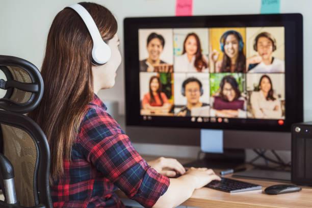當covid-19大流行、科羅納病毒爆發、教育與社會疏遠、新常態概念時,亞洲婦女通過與同事和團隊建設的視頻會議進行在線會議 - 虛擬辦公室 個照片及圖片檔