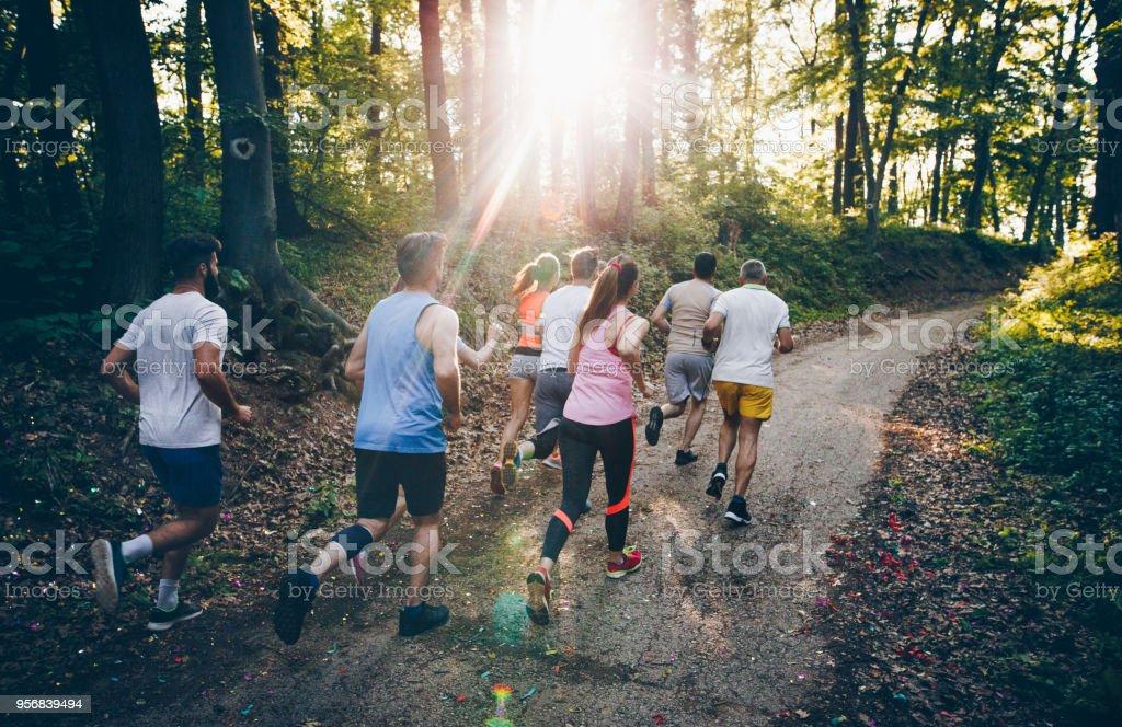 Heckansicht des Athleten einen Marathon zu laufen, durch den Wald. – Foto
