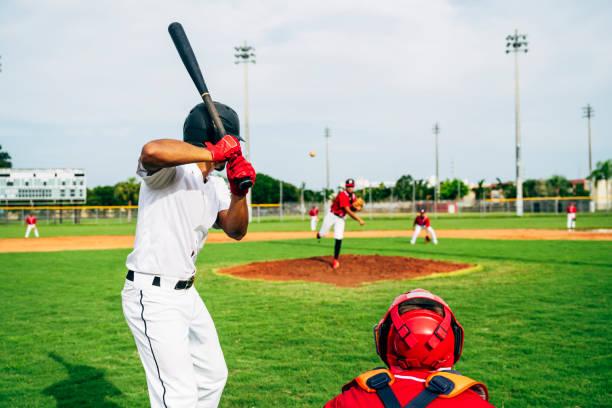 Rückansicht von Baseballschläger und Catcher, der das Spielfeld beobachtet – Foto