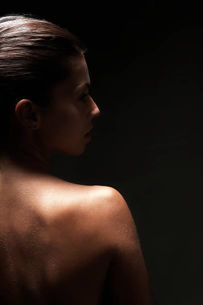 rückansicht des schöne frau nackt, schwarzer hintergrund - tantra massage stock-fotos und bilder