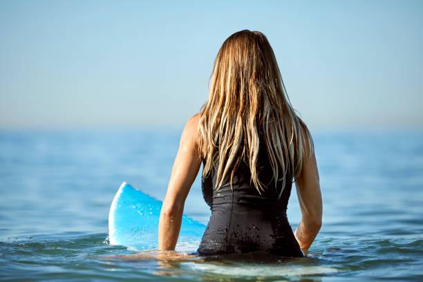 Blick auf blonde Frau Surfen im Meer – Foto