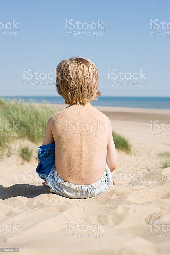 후면 보기 남자아이 토요일까지 모래 사구 royalty-free 스톡 사진
