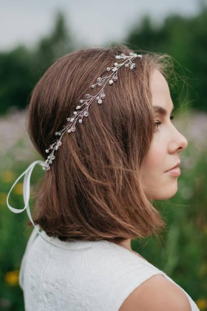rückansicht der braut mit frisur von ausgefallenen haar-accessoire dekoriert - hochzeitsfrisur boho stock-fotos und bilder