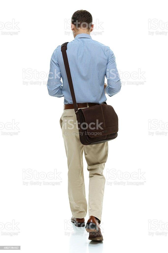 Vista traseira do empresário andando - foto de acervo