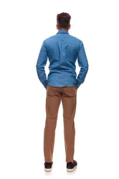 ポケットの手で立っているカジュアルな男の背面図 - 背中 ストックフォトと画像