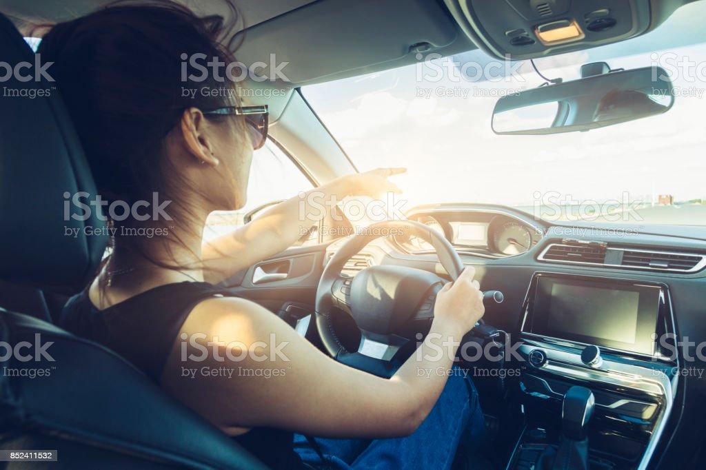Rückansicht der coole Mädchen in Auto-Sonnenbrille – Foto