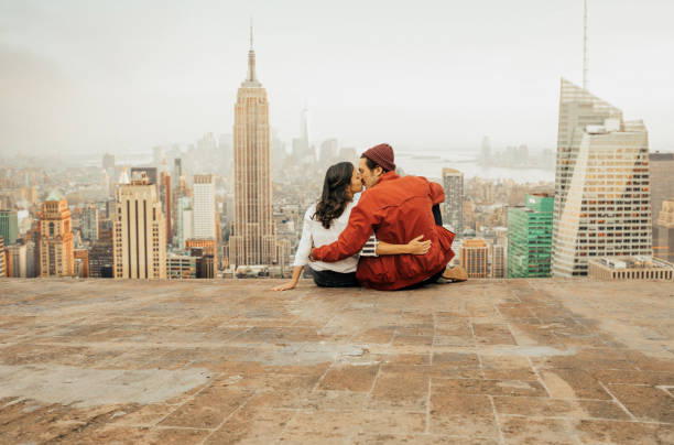 tampilan belakang pasangan merangkul di new york - traveler new york potret stok, foto, & gambar bebas royalti