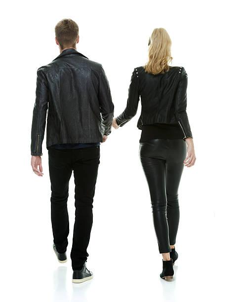 rückansicht der paar walking zusammen - lange jacken stock-fotos und bilder