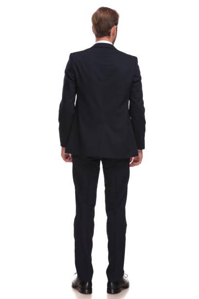 vista trasera del empresario elegante en traje de pie - espalda humana fotografías e imágenes de stock
