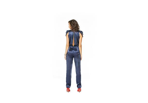 rückansicht des model stehend in blau insgesamt - jumpsuit blau stock-fotos und bilder