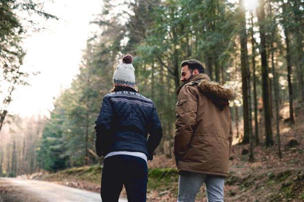 bakifrån av far och son walking i höst skogen - fotgängare bildbanksfoton och bilder