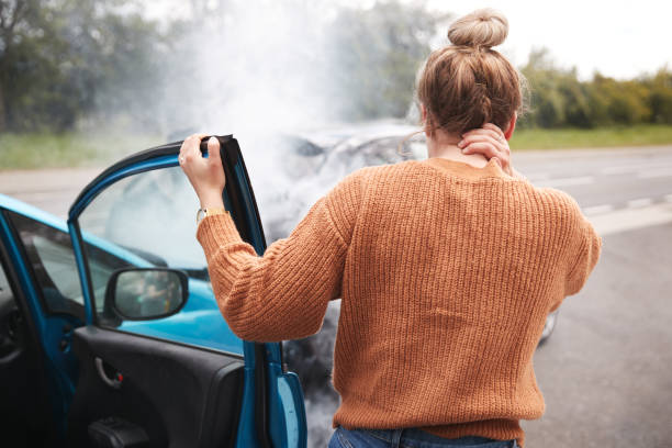 撞車後頭部受傷的女司機的後視圖 - 僅一名中年女子 個照片及圖片檔