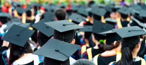 Rückansicht der Graduierungskappen während des Beginns – Foto