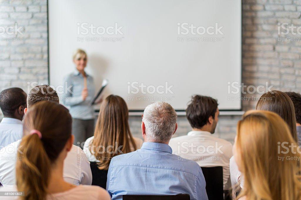 Rückansicht des Gruppe von Geschäftsleuten für Bildung Veranstaltung. – Foto