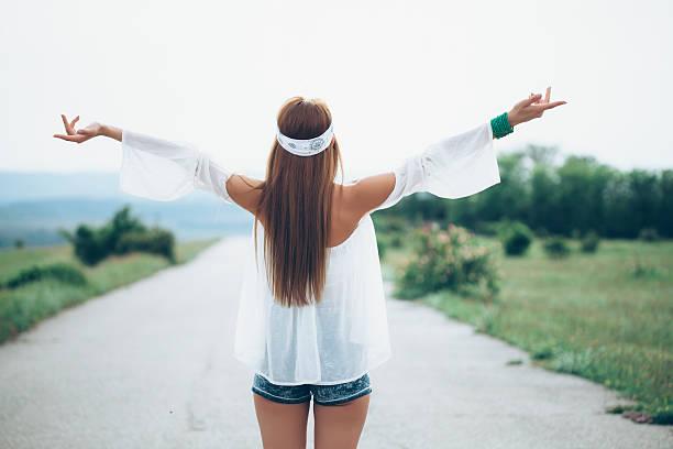 vista trasera de mujer joven feliz en el camino - buenos culos fotografías e imágenes de stock