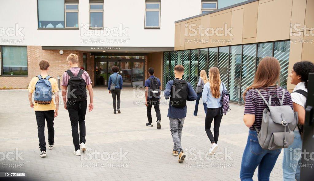 Vista posterior de estudiantes caminando en el edificio de la Universidad - foto de stock