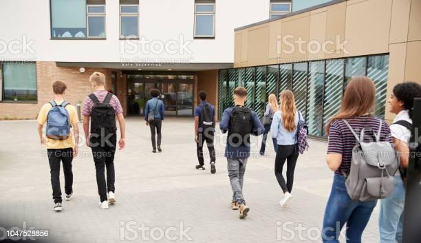 Rückansicht Der Schülerinnen Und Schüler Gemeinsam In College Gebäude Gehen Stockfoto und mehr Bilder von 16-17 Jahre
