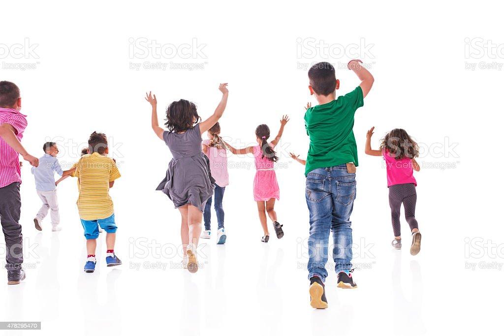 Rückansicht der großen Gruppe von Kinder laufen. – Foto