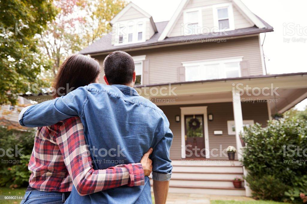 Rückansicht des Liebespaar Blick auf Haus - Lizenzfrei Das Leben zu Hause Stock-Foto
