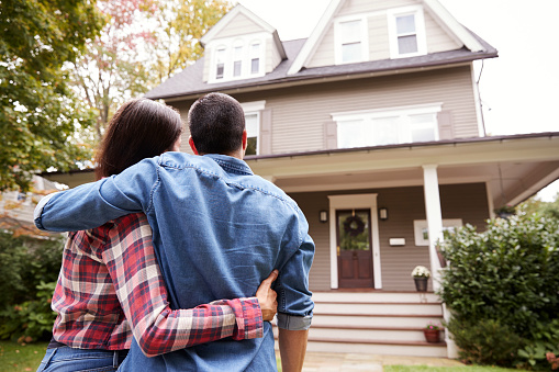 Rückansicht Des Liebespaar Blick Auf Haus Stockfoto und mehr Bilder von Das Leben zu Hause