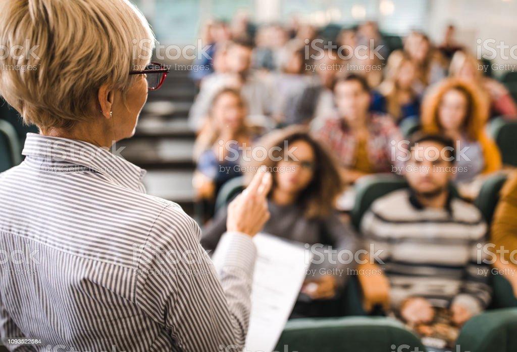 Heckansicht des Reife Lehrer einen Vortrag in einem Klassenzimmer. – Foto