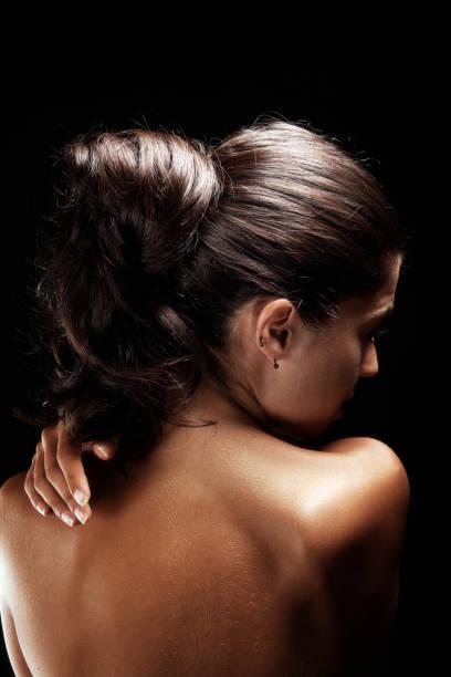 spa-behandlung, schöne frau porträt schwarzem hintergrund. farbe - tantra massage stock-fotos und bilder