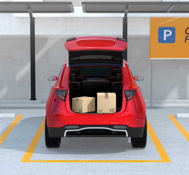 rückansicht des geöffneten roten kofferraum mit paket-boxen innen - gepäck verpackung stock-fotos und bilder