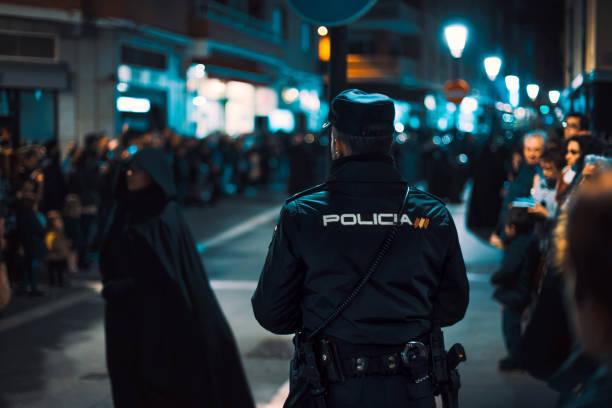 bakifrån av polis titta under trångt religiös händelse. heliga veckan i zamora, spanien (påskveckan). - easter procession spain bildbanksfoton och bilder