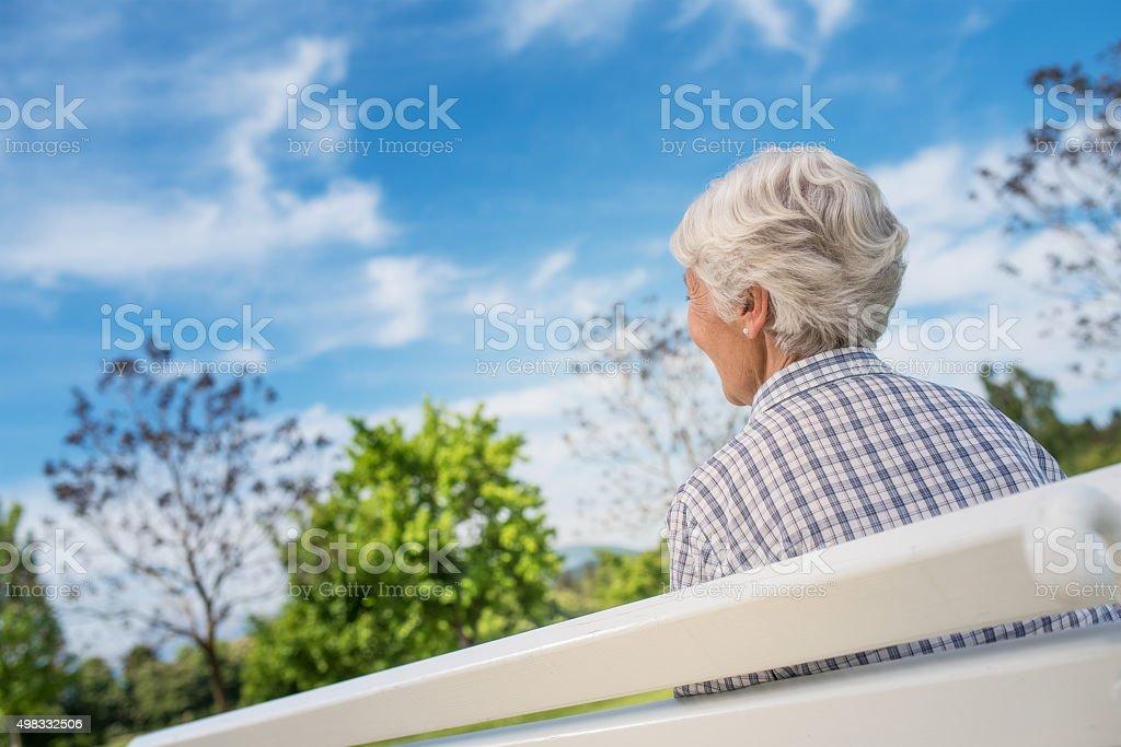 Rückansicht des senior Frau auf der Suche in blue sky – Foto