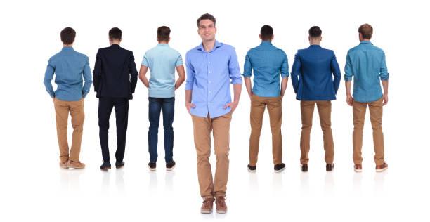 rückansicht der sieben männer mit lässigen führer vor - bräutigam jeans stock-fotos und bilder