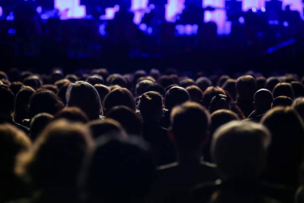 vista posteriore del pubblico seduto - evento foto e immagini stock