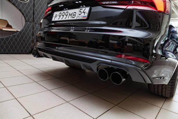 rückansicht des 2019 audi a5 sportback für den verkauf vorbereitet und im showroom mit einem polierten glänzenden schwarzen körper ausgestellt. - audi s5 coupe stock-fotos und bilder