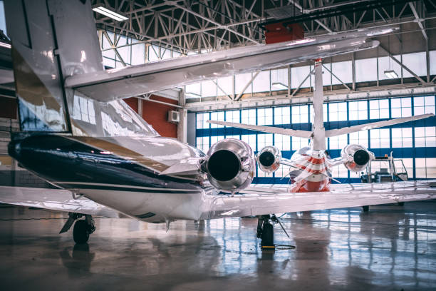 Rückansicht des zwei kleine Flugzeuge geparkt in einem hangar – Foto