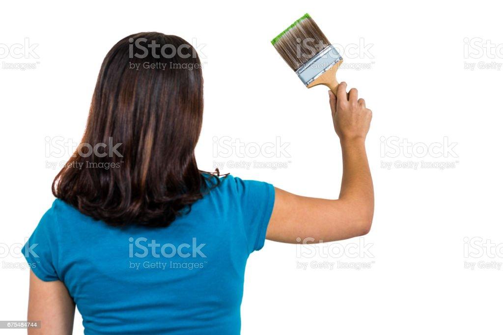 Vue arrière de la femme tenant le pinceau photo libre de droits