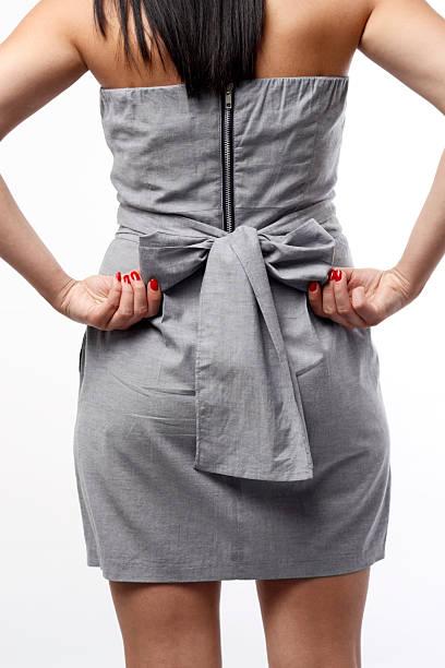 rückansicht der frau im kleid mit schleife - knotenkleid stock-fotos und bilder