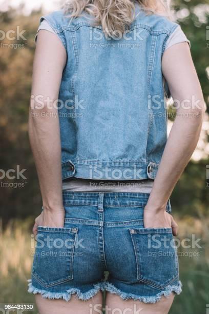 Foto de Vista Traseira Da Mulher Em Jeans e mais fotos de stock de Adulto