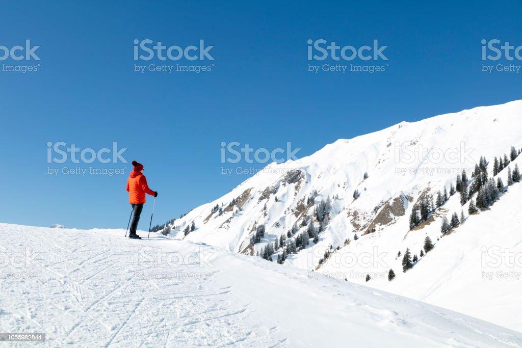 Rückansicht der Frau stehen auf Schnee Berg bedeckt – Foto