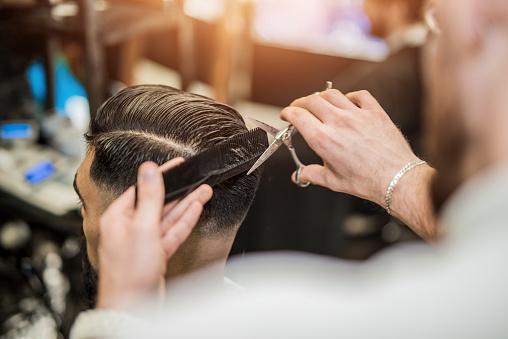 Photo libre de droit de Vue Arrière Du Jeune Homme Obtenant Une Coupe De Cheveux Moderne banque d'images et plus d'images libres de droit de A la mode